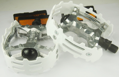 Vp 747 Bear Claw Alloy Pedals 9 16 White Sams Bmx